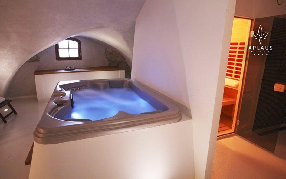 Litomyšl: romantika ve 4* hotelu Aplaus s vířivkou, masáží a luxusní večeří