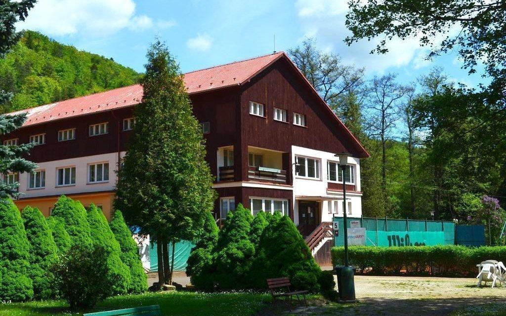 Karlovy Vary s polopenzí a neomezenou kávou v klidném hotelu obklopeném lesy