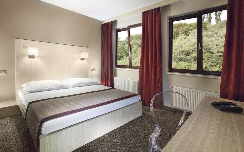 Praha luxusně ve 4* hotelu se snídaní a láhví vína + dítě do 5,9 let zdarma