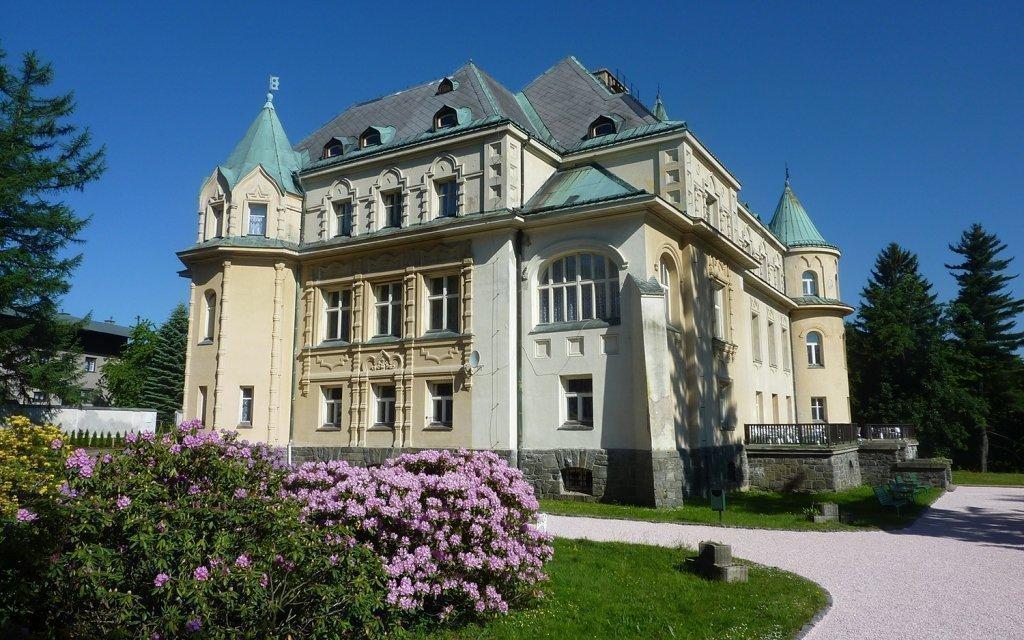 Krkonoše: královský pobyt na zámku z první republiky s bohatými snídaněmi
