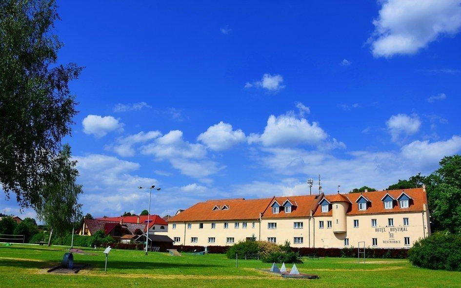 Vysočina v létě v hotelu s polopenzí, bazénem i jízdou v Hummeru nebo na koni