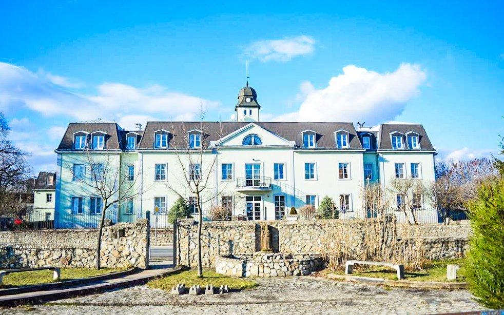 Bratislava: zámecký hotel Agatka **** u Šúrského pralesa s polopenzí a bazénem