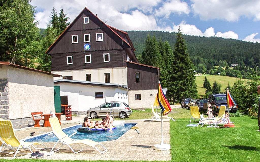 Krkonoše v horském hotelu Flora s polopenzí a vytápěným venkovním bazénem
