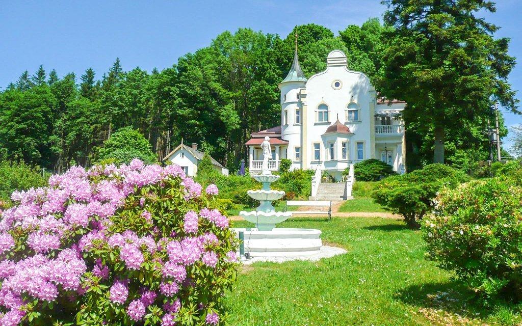 Domažlicko: Penzion Zámeček Milada s polopenzí a bazénem u Českého lesa
