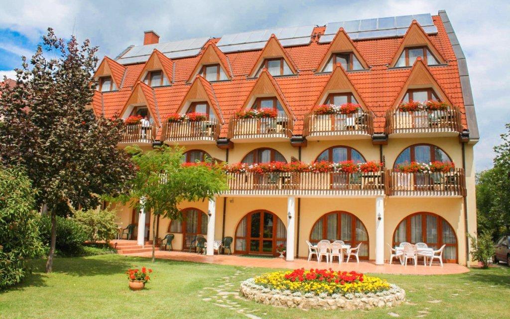 Hévíz v Hotelu Agnes *** s wellness, vstupem k termálnímu jezeru a polopenzí