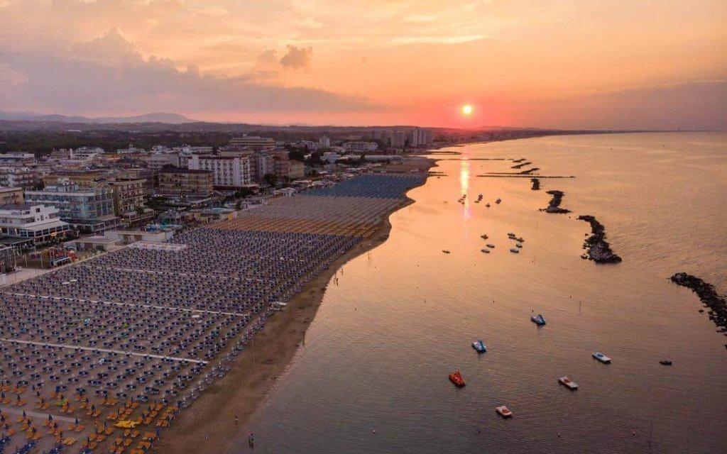 Itálie nedaleko Rimini v Hotelu Leonardo jen 180 m od pláže a se snídaní